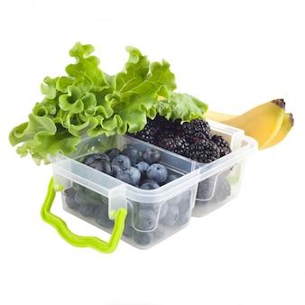 Jagody w pudełku na lunch i owoce