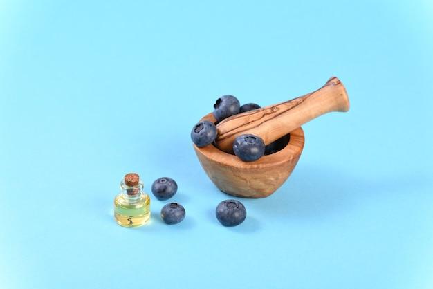 Jagody w zaprawie korzennej i oleju w małej butelce