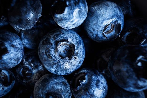Jagody z bliska. pojęcie żywności ekologicznej, wegetarianizmu, smacznych i zdrowych jagód. ciemne odcienie.