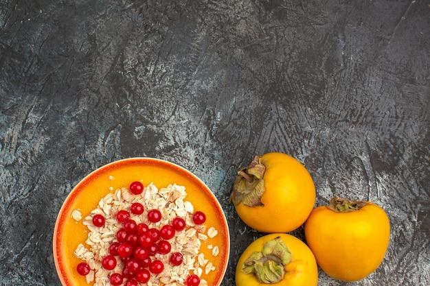 Jagody z bliska widok z góry trzy jagody persimmons w misce