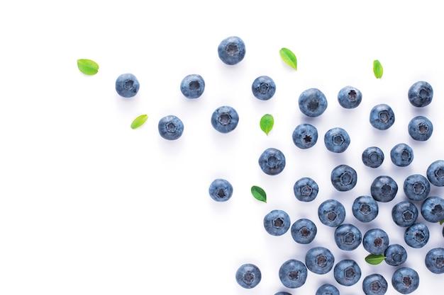 Jagody z liśćmi na białym tle odizolowane, rozproszone owoce.