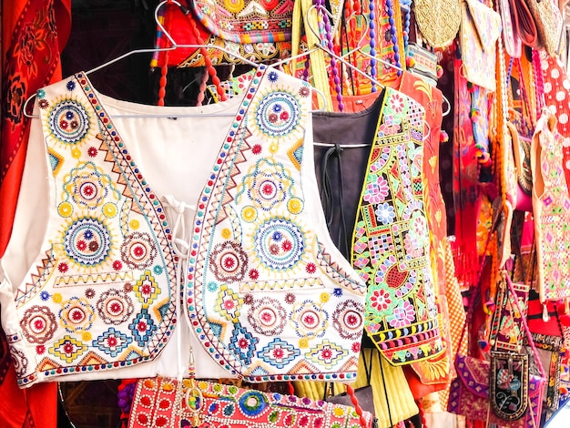 Jaisalmer india zbliżenie na ręcznie robione ubrania na targu ulicznym