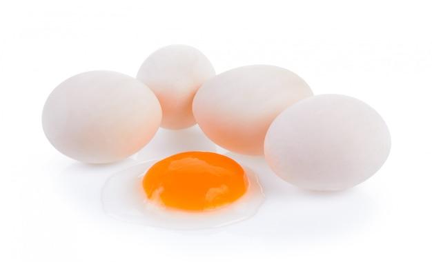 Jaja kaczki na białym tle