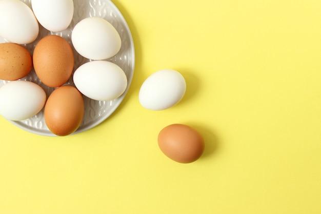 Jaja kurze na kolorowym tle produkty rolne naturalne jaja