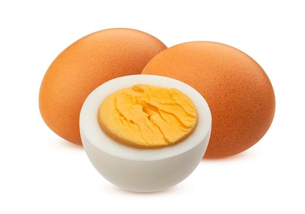 Jaja kurze na twardo gotowane na białym tle biały ze ścieżką przycinającą