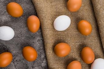 Jaja kurze rozrzucone na płótnie na stole
