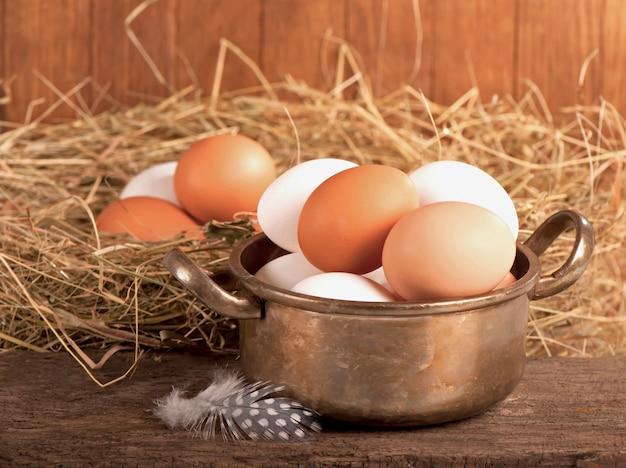 Jaja kurze w koszu na podłoże drewniane