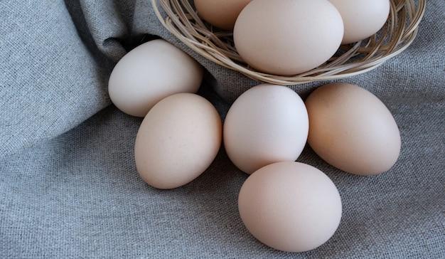 Jaja kurze w koszu
