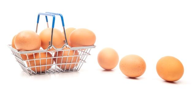 Jaja kurze w koszyku spożywczym w supermarkecie.