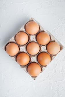 Jaja kurze w pojemniku na jajka