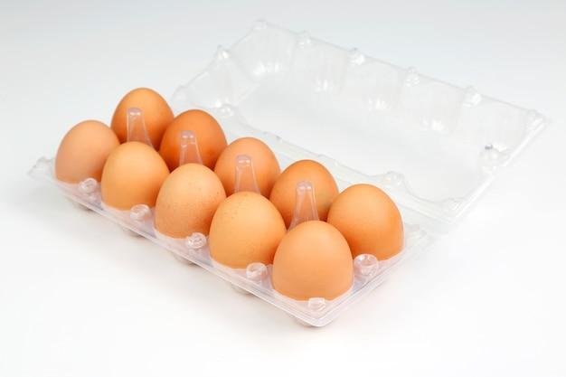 Jaja kurze w pudełku na białym