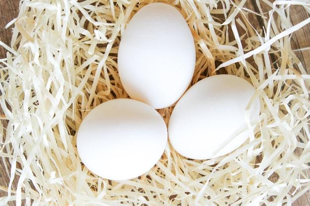 Jaja kurze w tjajka kurze w gnieździe słomy