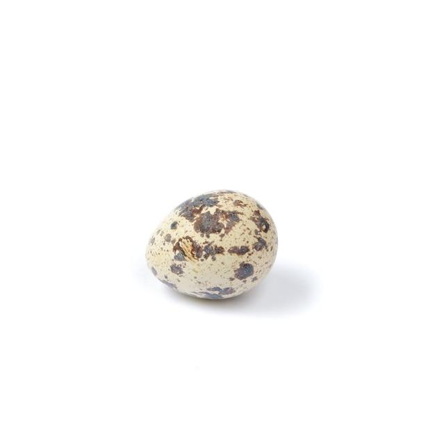 Jaja przepiórcze na białym tle