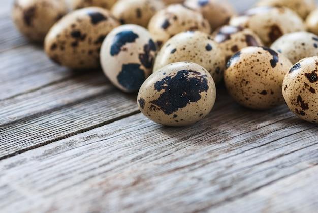 Jaja przepiórcze na starym drewnianym stole