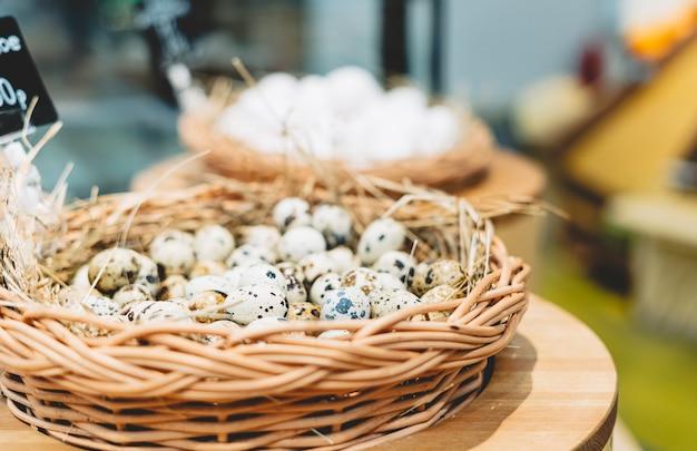 Jaja przepiórcze w ptasie gniazdo, zdrowa żywność ekologiczna