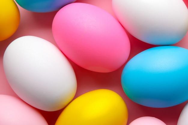 Jaja wielobarwne na różowym