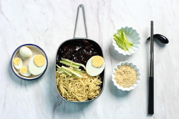 Jajangmyeon lub jjajangmyeon to koreański makaron z czarnym sosem i gotowanym jajkiem