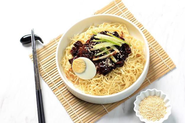 Jajangmyeon lub jjajangmyeon to koreański makaron z czarnym sosem, poziomy obraz