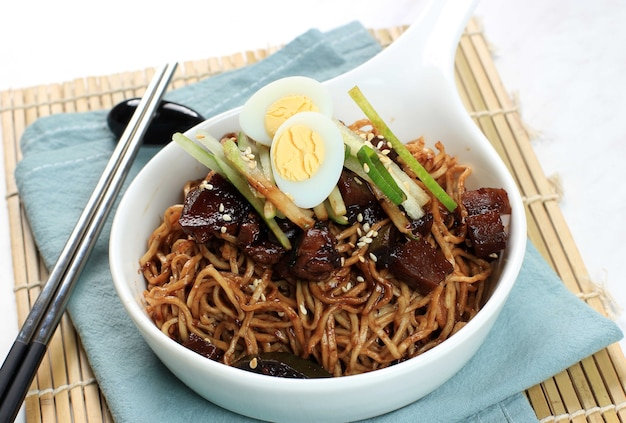 Jajangmyeon lub jjajangmyeon to koreański makaron z czarnym sosem
