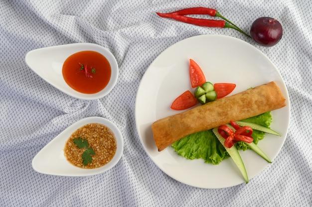 Jajeczna rolka lub smażyć wiosen rolki na białym półkowym tajlandzkim jedzeniu. widok z góry.