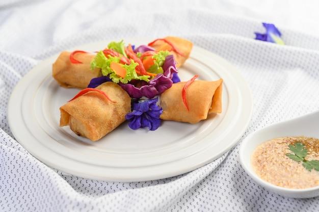 Jajeczna rolka lub smażyć wiosen rolki na białym półkowym tajlandzkim jedzeniu. .