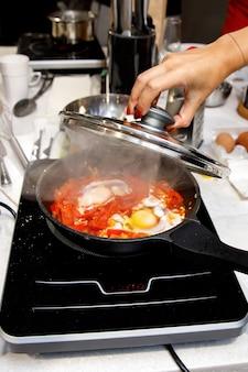 Jajecznica i cebula na patelni