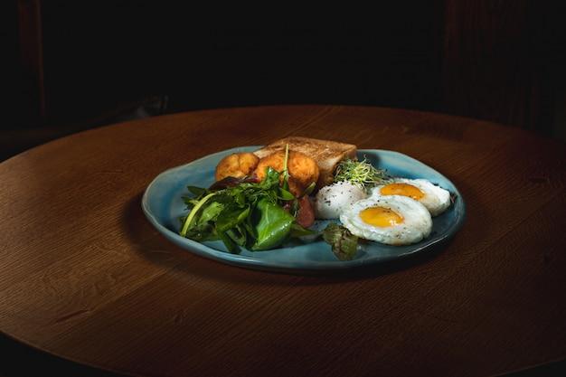 Jajecznica na mięsie ze smażonymi ziemniakami i grzanką