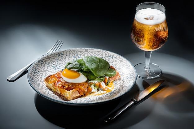 Jajecznica na mięsie ze smażonymi ziemniakami i tostami