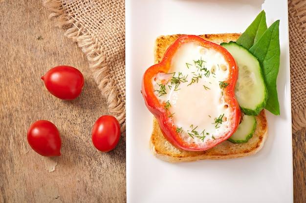 Jajecznica w słodkiej papryce na grzance z zieleniną