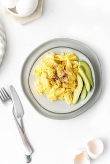 Jajecznica z awokado na śniadanie