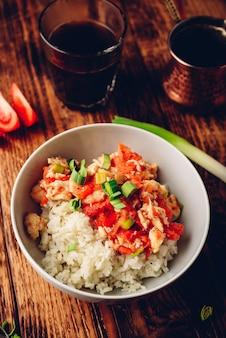 Jajecznica z pomidorami, porem i białym ryżem