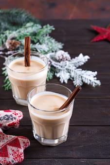 Jajecznik gemadinha to napój alkoholowy lub koktajl na ciemnym drewnianym, świątecznym drinku. copyspace