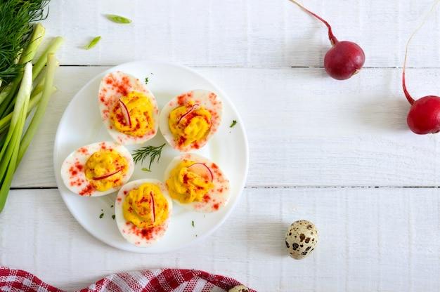 Jajka deviled. pyszna przekąska. jajka na twardo nadziewane żółtkiem, musztardą, majonezem, papryką. klasyczny przepis. widok z góry