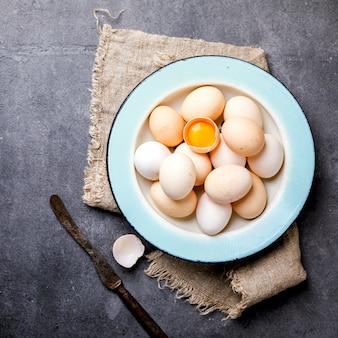 Jajka domowy kurczak w metalowej misce