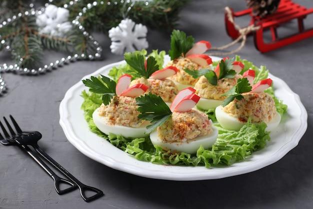 Jajka faszerowane paluszkami krabowymi, pyszna świąteczna przekąska. zbliżenie. kompozycja świąteczna.