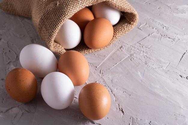 Jajka kurze w worze ekologicznym. świeże jajka gospodarskie