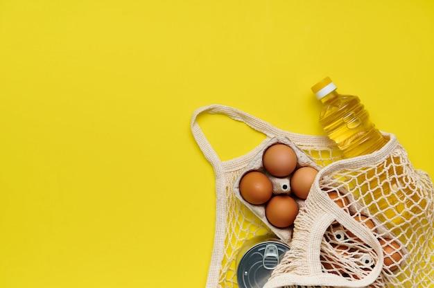 Jajka, makaron, konserwy, olej w woreczku na żółto