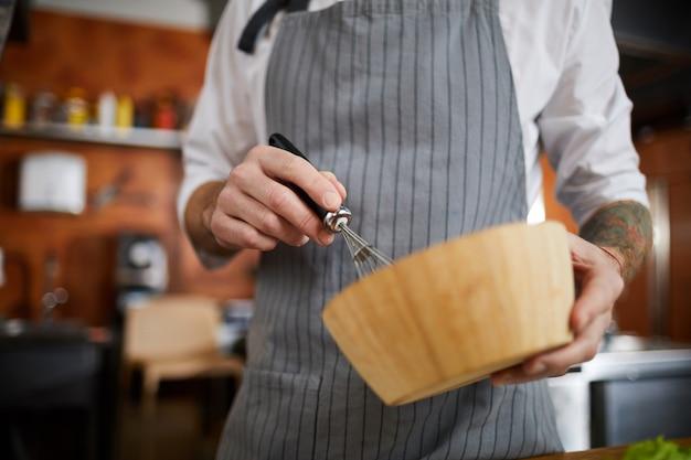Jajka miksujące szefa kuchni
