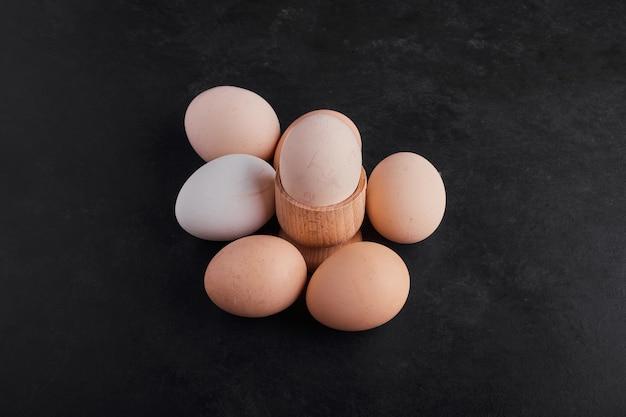 Jajka na białym tle na czarnej przestrzeni.