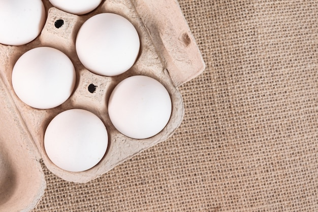 Jajka na brązowej powierzchni