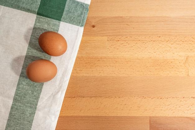 Jajka na drewnianej desce do krojenia