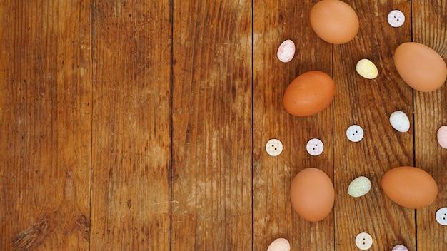 Jajka Na Drewnianej Powierzchni Rustykalnej Z Miejscem Na Tekst Premium Zdjęcia