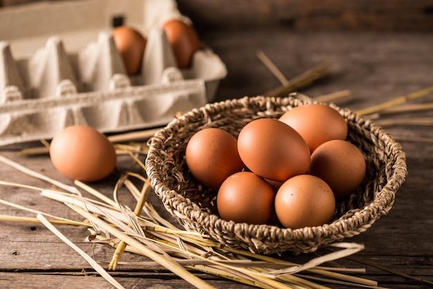 Jajka na drewnianym stole tło