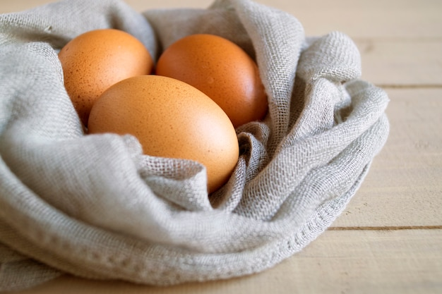 Jajka na drewnianym tle.
