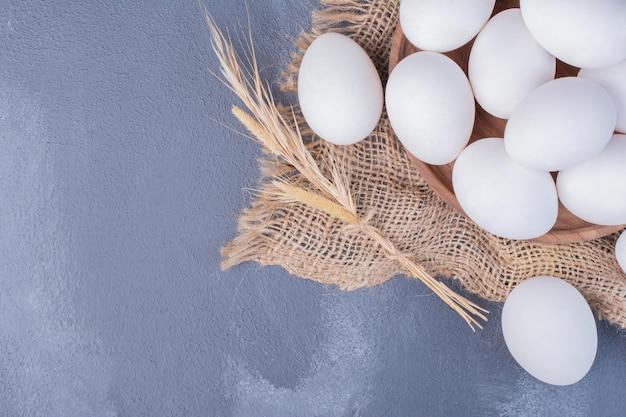 Jajka na kawałku rustykalnego juty.