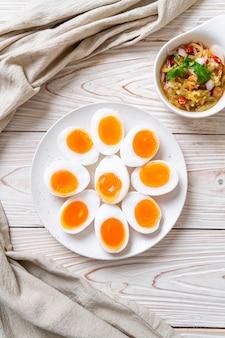 Jajka na miękko i pikantna sałatka