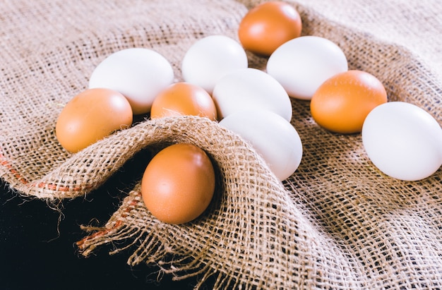 Jajka na obrusie na czarnym tle