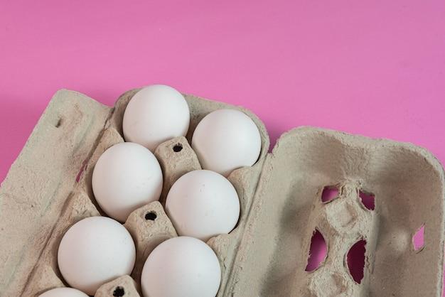 Jajka na różowej powierzchni