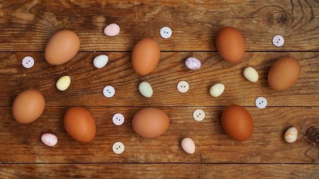 Jajka na rustykalnej drewnianej powierzchni.