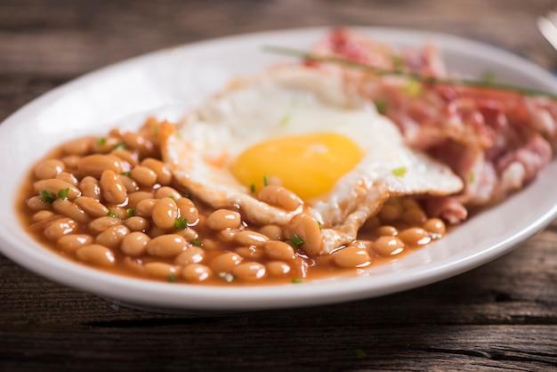 Jajka na słoneczku z ekologicznym bekonem, plackami ziemniaczanym i chrupiącym tostem